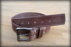 Leather belt with saddle groove black brown